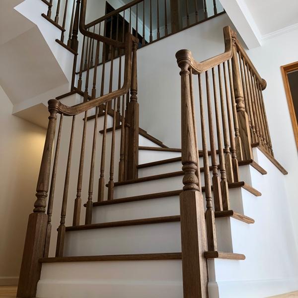 玄関を入って一番に見える階段、吹抜けも兼ね大空間を演出