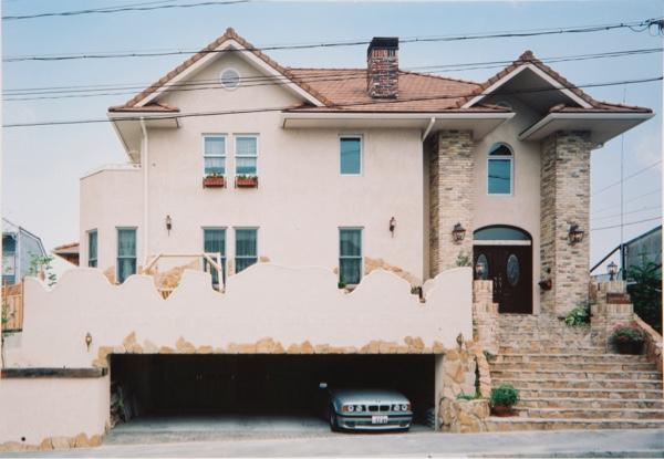 在来工法と2×4工法のMIX。Half&Half ブリティッシュスタイルの存在感のある邸宅です。