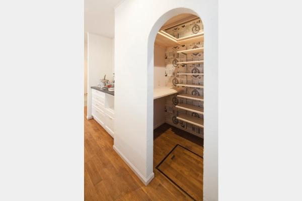 お客様がみえても、おしゃれに見えるパントリーの壁紙は、お家がシンプルだからこそ、柄のクロスで華やかさをプラス