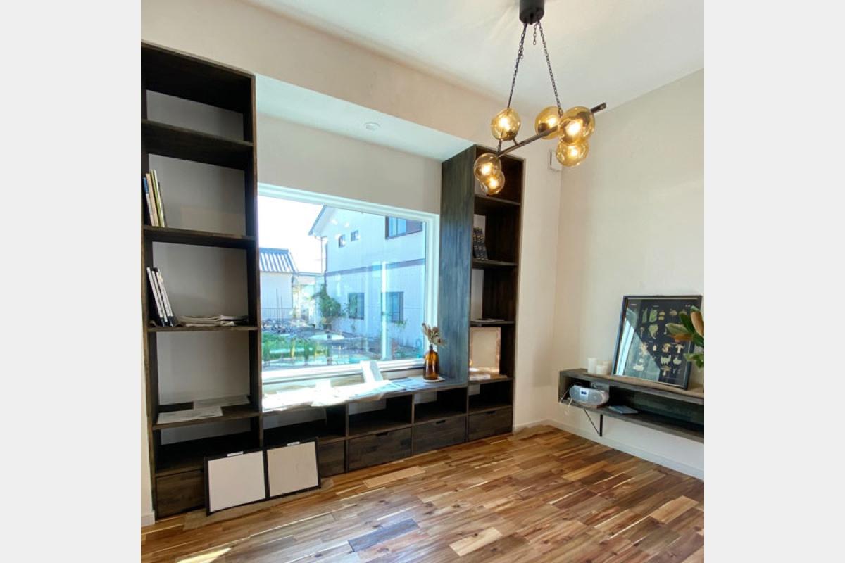 窓際のライブラリー。本棚、ベンチ、で窓にもたれて読書を楽しむスペースに