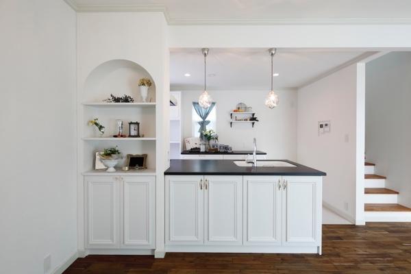 白&黒の素敵なキッチンの横に作りつけた飾り棚全体のバランスにこだわりました。