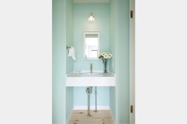 ミントグリーンのホールの手洗い。